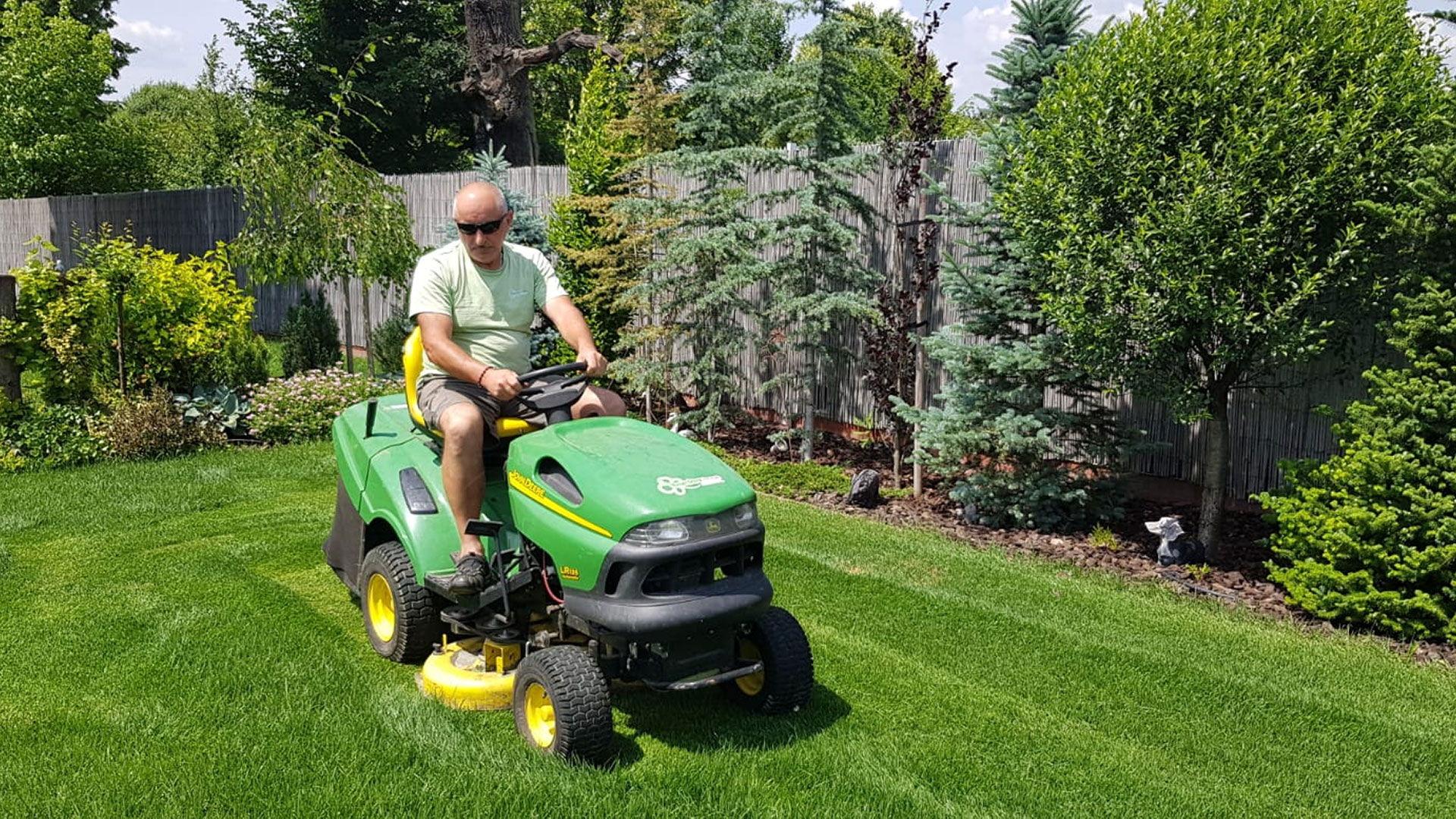 Kosenie trávnika záhradným traktorom