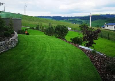 Záhrada realizovaná vo svahu s trávnikom a opornými múrikmi