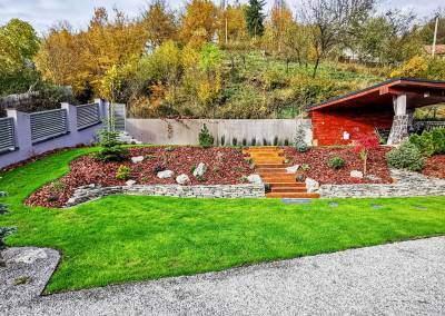 Záhrada realizovaná vo svahu s altánkom