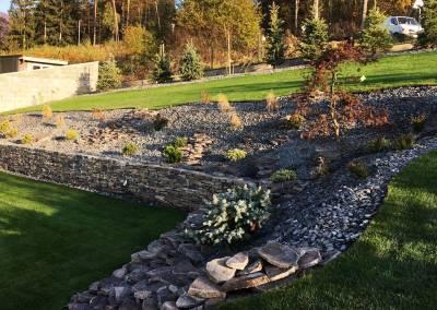 Záhrada realizovaná vo svahu s oporným múrikom z kameňa